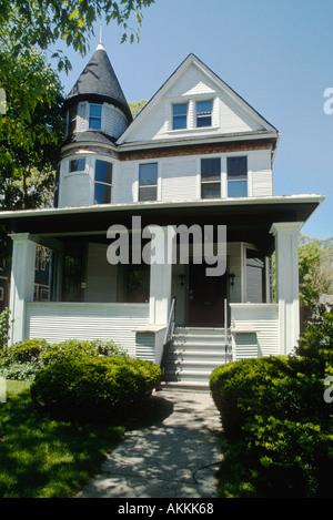 ILLINOIS Oak Park Ernest Hemingways birthplace home 339 North Oak Park Avenue exterior of white frame house - Stock Photo