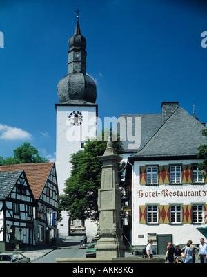 Alter Markt mit Glockenturm, Stadtkapelle Sankt Georg und Maximilansbrunnen in Arnsberg, Sauerland, Nordrhein-Westfalen - Stock Photo