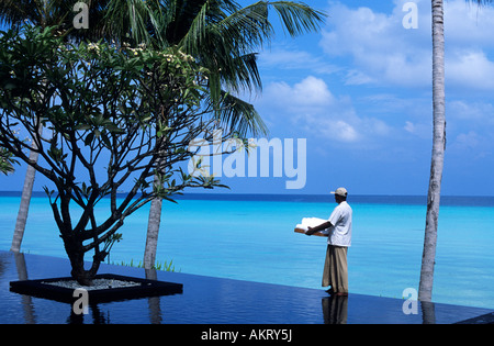 Maldives, North Malé Atoll, One & Only Reethi Rah Hotel, towels delivery near the swimming-pool - Stock Photo