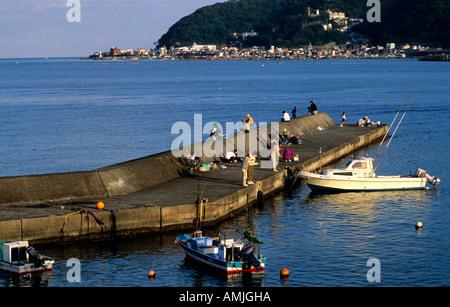 Japan, Kanto, Fuji-Region, Izu-Halbinsel, Atami, Angler auf Bootsanleger - Stock Photo