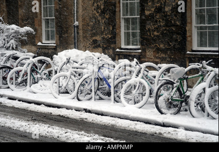 Rack of bikes in the snow on Parks Road, Oxford, UK - Stock Photo