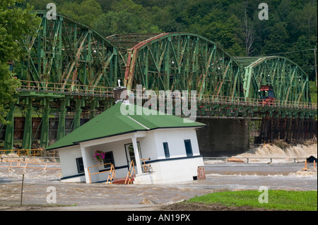 Flooding on Mohawk River damaging Erie Canal station house Lock 10 Pattersonville New York June 2006 - Stock Photo