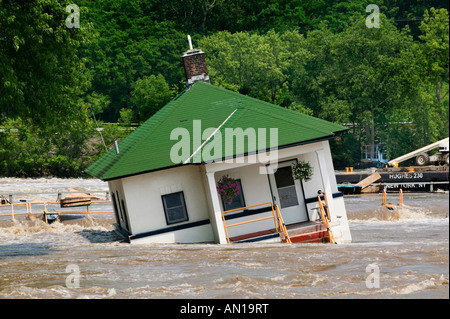 Flooding on Mohawk River damaging Erie Canal station house Lock 10 Amsterdam New York June 2006 - Stock Photo