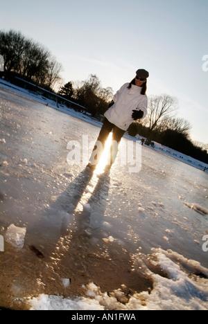 Spaß im Schnee Hamburg Stadtpark junge Frau mitte Dreißig tobt im Schnee MR - Stock Photo