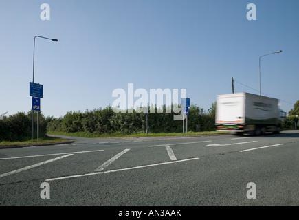 Sat nav sign unsuitable for heavy goods vehicles - Stock Photo