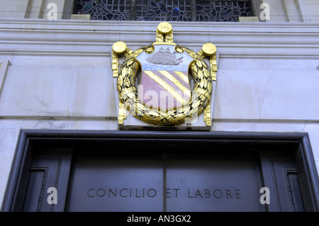 coat of arms  concilio et labore crest badge design  glass entry entrance central reference library town hall manchester - Stock Photo