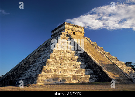 Cloud, El Castillo (Piramide de Kukulcan), Mayan ruins, Chichen Itza, Yucatan, Mexico - Stock Photo