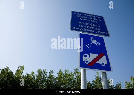 Sat nav sign unsuitable for heavy goods vehicles - Stock Photo