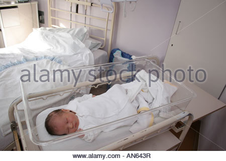 Genial ... A Newborn Baby Boy Sleeping In A Hospital Cot By His Mothers Bed.    Stock