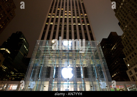 Apple Store on Fifth Avenue in New York USA 22 December 2007 - Stock Photo