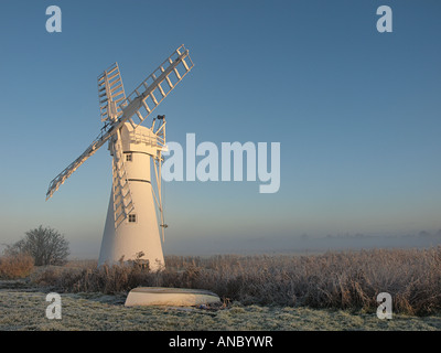A WHITE PAINTED THURNE WINDMILL USED FOR DRAINAGE OF DYKES ON THE NORFOLK BROADS, BROADLAND EAST ANGLIA ENGLAND - Stock Photo