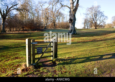 Please Close Gate sign on gateway with no adjoining fences, in the grounds of Blenheim Palace, Woodstock, Oxfordshire, - Stock Photo