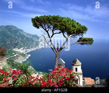 IT - CAMPANIA: Villa Rufolo at Ravello overlooking the Gulf of Salerno - Stock Photo