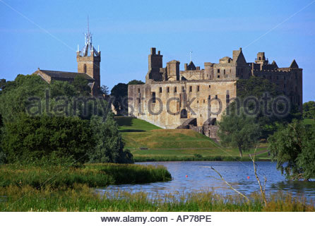 Linlithgow Palace and Linlithgow loch, Scotland - Stock Photo