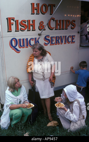 Eating Hot Fish and Chips Quick Service mobile van England. HOMER SYKES - Stock Photo