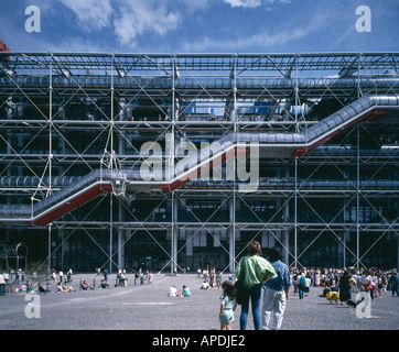 Centre Pompidou, Paris, 1977. Front elevation with family in foreground. Architect: Renzo Piano and Richard Rogers - Stock Photo
