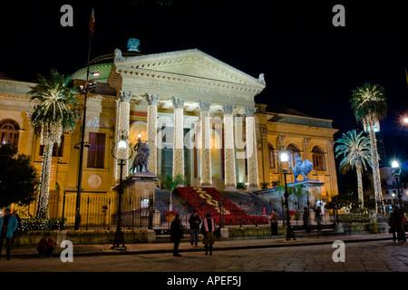 Il Teatro Massimo di Palermo addobbato per le feste natalize. Teatro Massimo in Palermo during Christmas Holydays - Stock Photo