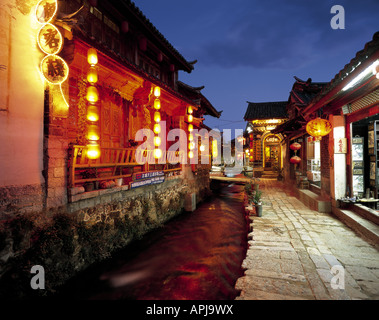 Riverside guesthouses and cafes in Lijiang, China. - Stock Photo