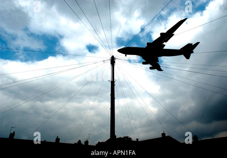 Low flying jet at Heathrow - Stock Photo