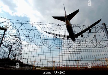 Low flying jet at Heathrow - Stock Photo