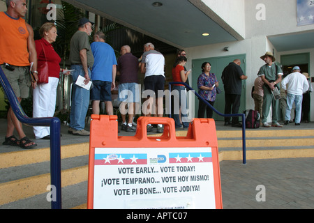 Miami Beach Florida 2004 early voting presidential election polling place line - Stock Photo