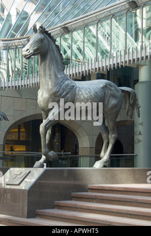 One of three horse sculptures by Althea Wynne at entrance to Minster Court office complex (home to LUC) in the City - Stock Photo