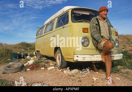 Luckless opal miner and his old VW-van, Locals live an alternative bush lifestyle - Stock Photo