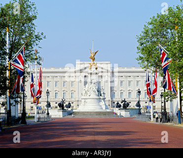 GB LONDON BUCKINGHAM PALACE FROM THE MALL - Stock Photo