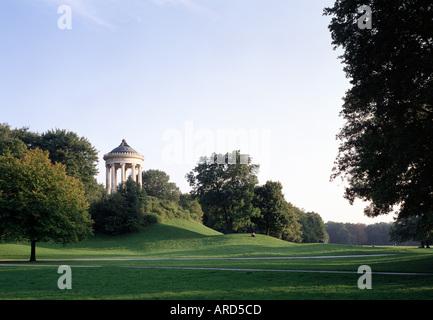 München, Englischer Garten, Hügel mit Monopteros - Stock Photo