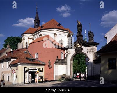 Prag, Kloster Strahov, Eingangstor mit Rochuskapelle - Stock Photo