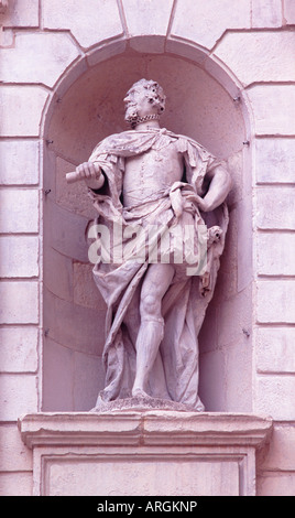Statue of King James I, carved by John Bushnell, in niche on Temple Bar (Christopher Wren), Paternoster Square, - Stock Photo