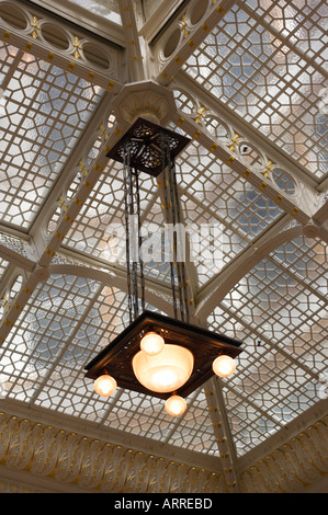 BUILDINGS Chicago Illinois Interior The Rookery building lobbies and light court designed by Frank Lloyd Wright - Stock Photo