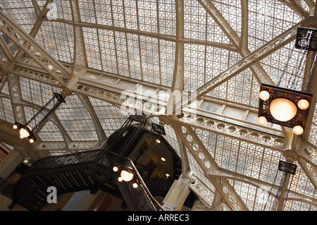 BUILDINGS Chicago Illinois Interior The Rookery building lobbies and light court Frank Lloyd Wright glass ceiling - Stock Photo