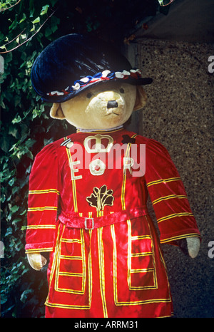 Giant teddy bear dressed as Yeoman Warder outside gift shop at Tower of London     LONDON,     UK - Stock Photo