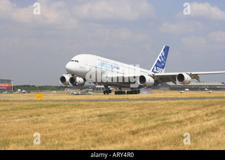 Airbus A380 touching down at Farnborough 2006 - Stock Photo