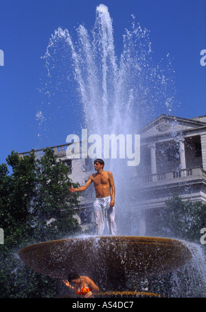 Reckless man climbs fountain during 2003 heatwave - Trafalgar Square - London - Stock Photo