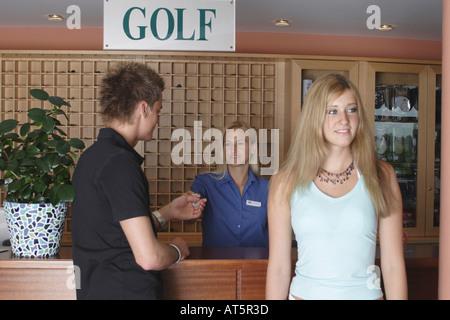 Paar nach Anmeldung in Golfclub - Stock Photo