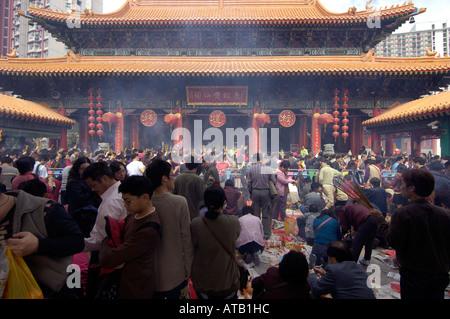 Worshippers burning joss sticks at Wong Tai Sin Temple during the Chinese Lunar New Year, Jan 2006, Kowloon, Hong - Stock Photo