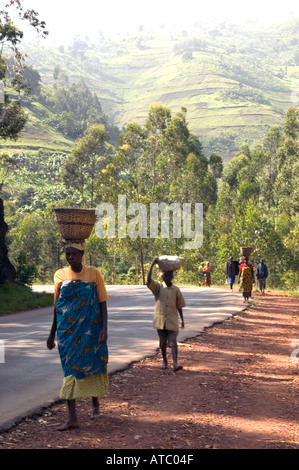 Women carry food to market in Rwanda Central Africa - Stock Photo