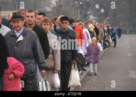 People waiting on a bridge at the German-Polish border in Frankfurt on the Oder - Stock Photo