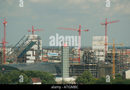 Construction of new Hauptbahnhof Berlin. Two steel 'bridges' are lowered down into place over the tracks. Berlin - Stock Photo