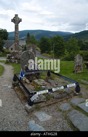 dh Rob Roys grave BALQUHIDDER CEMETERY STIRLINGSHIRE UK Rob Roy macgregor in Scottish clan graves scotland mcgregor gravestones