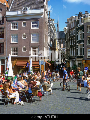 Al fresco drinking and socialising on a wide canal bridge on Singel in central Amsterdam, looking across down Torensteeg. - Stock Photo