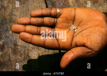 Diamonds, uncut, in wholesale buyer's hand, Tortiya, Ivory Coast (Cote d'Ivoire) - Stock Photo