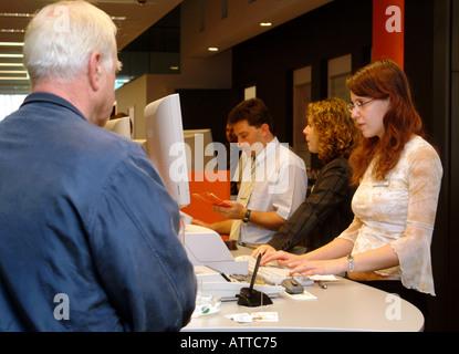 Bankangestellte am Schalter bank clerks Bildagentur online Begsteiger - Stock Photo