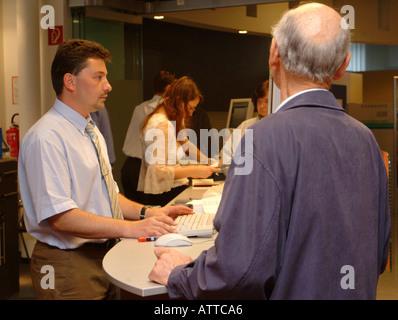MR Senior am Bankschalter MR bank customer over the counter Bildagentur online Begsteiger - Stock Photo