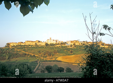 CASOLE D'ELSA TUSCANY ITALY EUROPE May View across to this hill top walled town in early evening light - Stock Photo