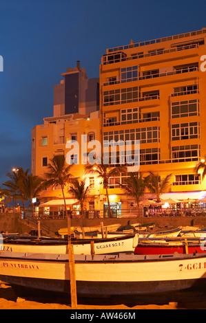 Fishing boats on the beach in front of restaurants at La Puntilla, La Isleta, Playa de Las Canteras, Las Palmas, - Stock Photo