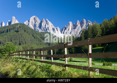 Santa Maddalena, Val di Funes, Trentino-Alto Adige, Italy. View to the Odle peaks, wooden fence in foreground. - Stock Photo