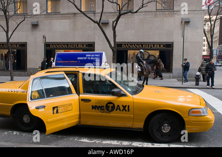 New York policeman on horseback and taxi cab on 5th Avenue - Stock Photo